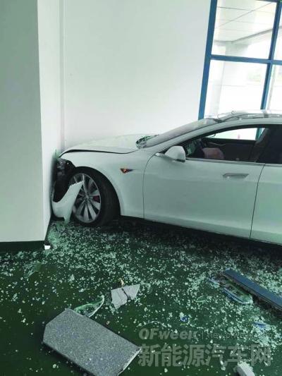 特斯拉惊现刹车失灵 被撞面目全非