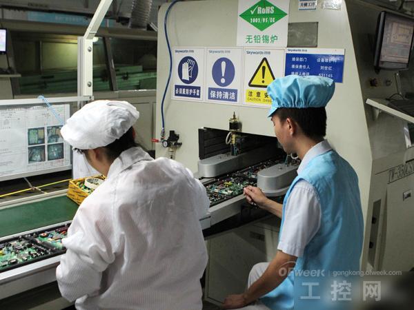 基础电路板生产完成后,紧接着,进入酷开的机芯生产车间,该车间主要