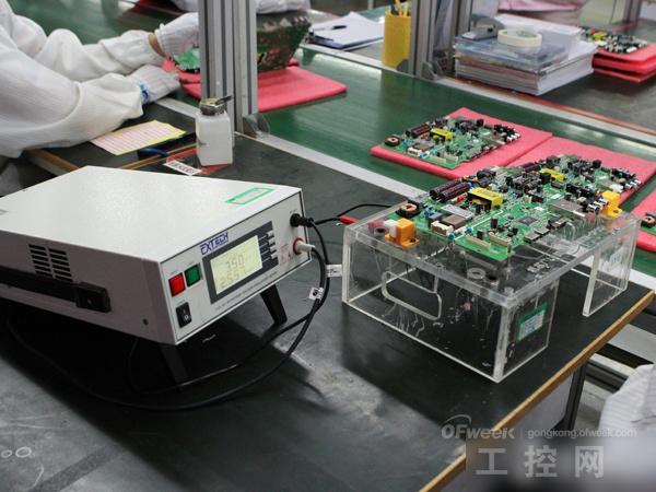 酷开机芯生产车间高压漏电检查   在机芯组的后半段工序还要再次进行各种QC检测,类似高压漏电检查等。经过SMT和机芯的插件焊接后,完成的电路主板已经生产完成。   显示模组生产——神奇的还原   酷开互联网电视的所有体验,都是通过画面的显示来完成。在了解完电路板的生产环节后,我们到了下面这个非常神奇的环节——显示模组生产。在显示模组车间,主要是针对显示屏幕的生产,酷开的工厂人员首先会对屏幕进行背光组装和模组组装。