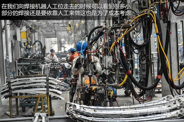 """厂区一进门的右边就是吉利成都工厂的冲压、焊装车间,也是我觉得厂区内最大的车间,因为这个车间就算是GX7的""""骨架""""诞生之地,为什么说是""""骨架"""",其实对于一辆车来说冲压、焊装就像是在给汽车""""造骨头"""",骨头的形状以及每个骨头之间的链接都决定了总体结构是否结实,如果""""骨质疏松""""那即使是个胖子,摔一跤也会散架。   说到车架那就不得不提到安全,吉利全球鹰GX7以50."""