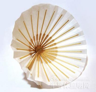 这些灯具由回收的pet塑料瓶做成,收起来可以成为二维平面折纸,展开